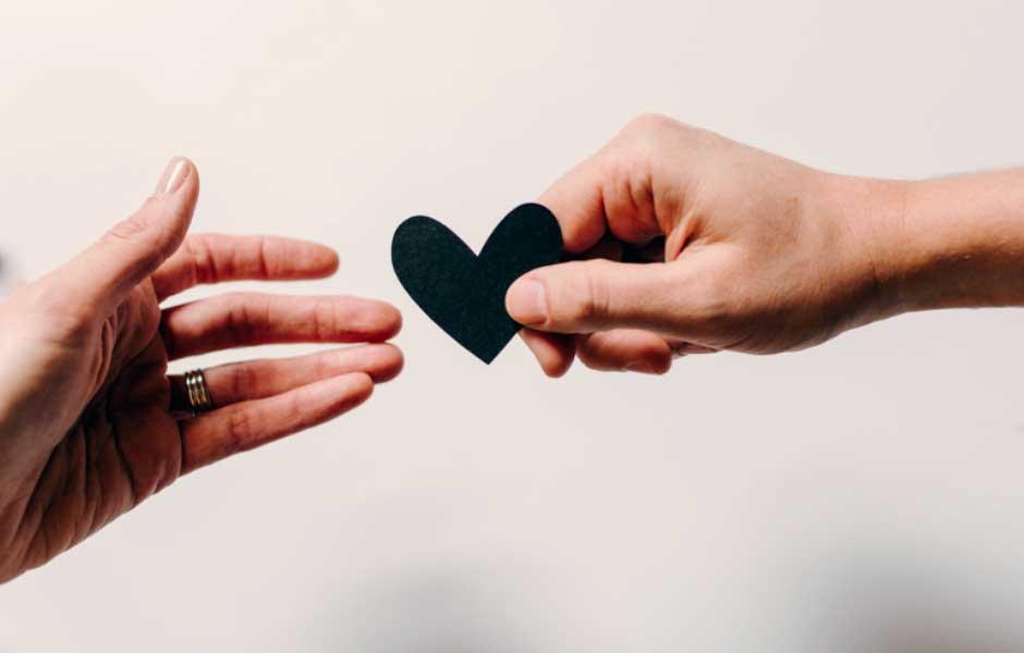 Man ger kvinna ett pappershjärta