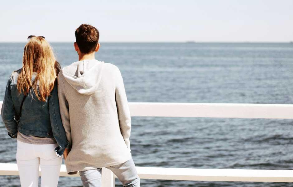 Par som ser ut över havet