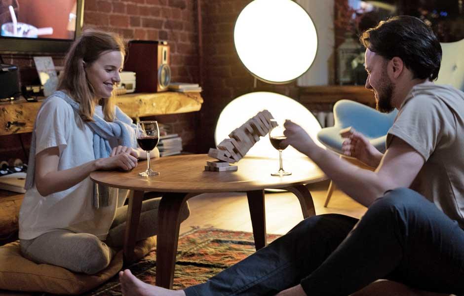 Par som spelar Jenga tillsammans hemma