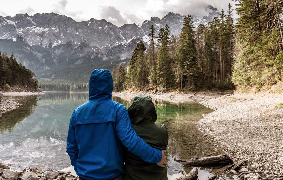 Par vandrar i naturen