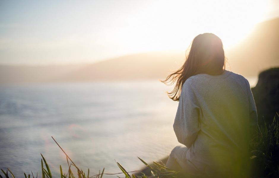 En kvinna ser ut över havet