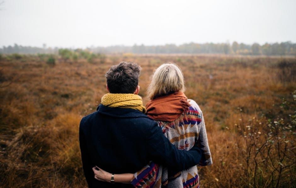 Ett par i ett fält