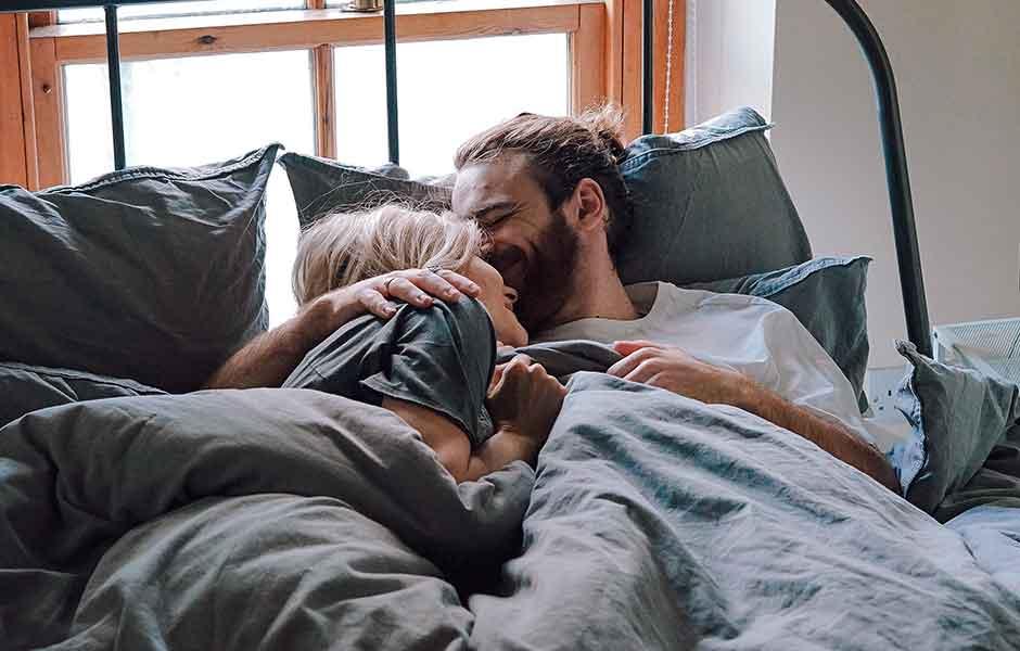 Par kramas i sängen