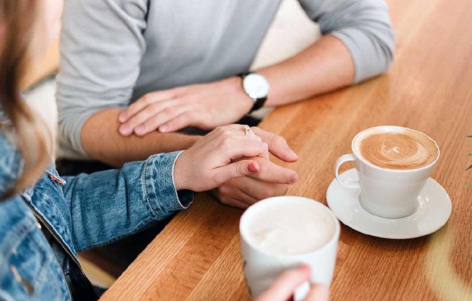 Par diskuterar sitt förhållande och håller hand