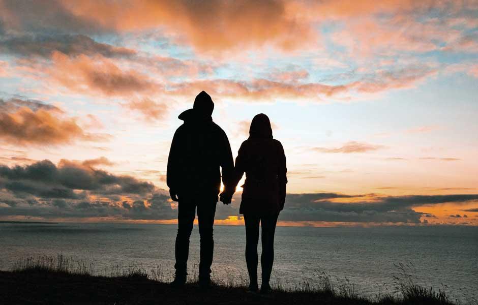 Par tittar ut över havet