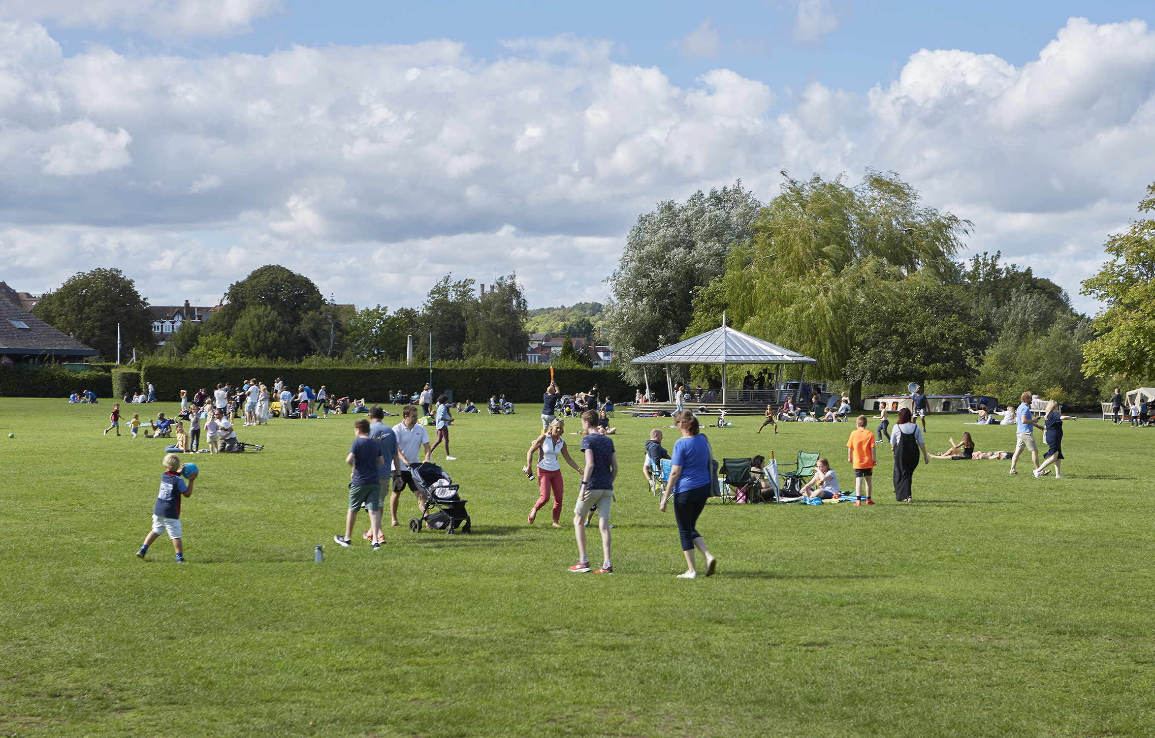 Henley Town Council - People playing in Mill Meadows park