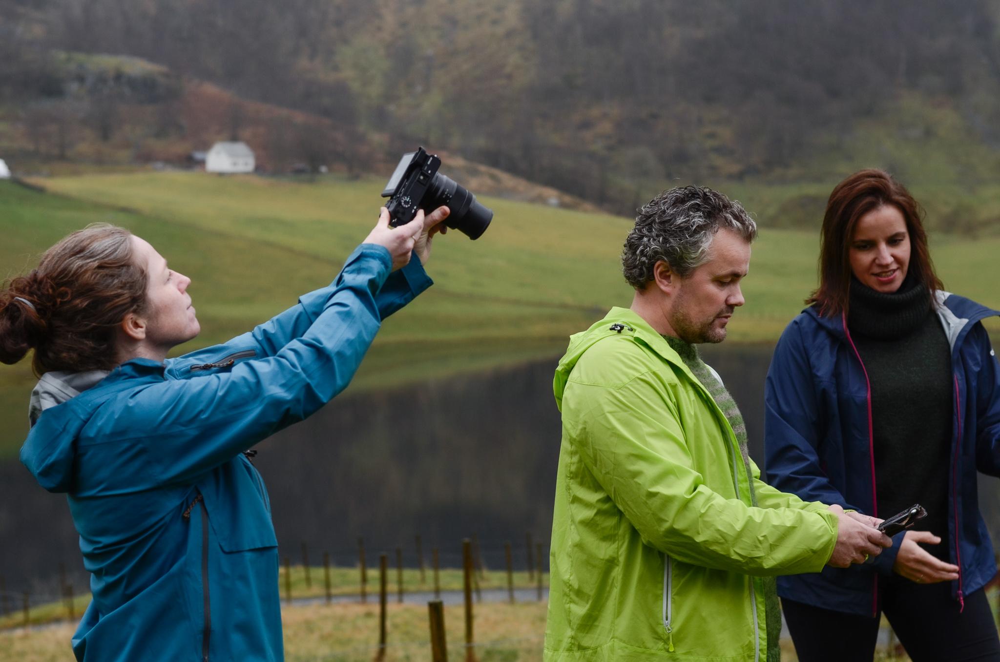 Foto og filmoppdrag i prosess. Filmfotograf Elin Sørheim, Dagleg leiar i Åkrafjorden Nature B&B og prosjektleiar for Via Ferrata - app Bente Bakke.