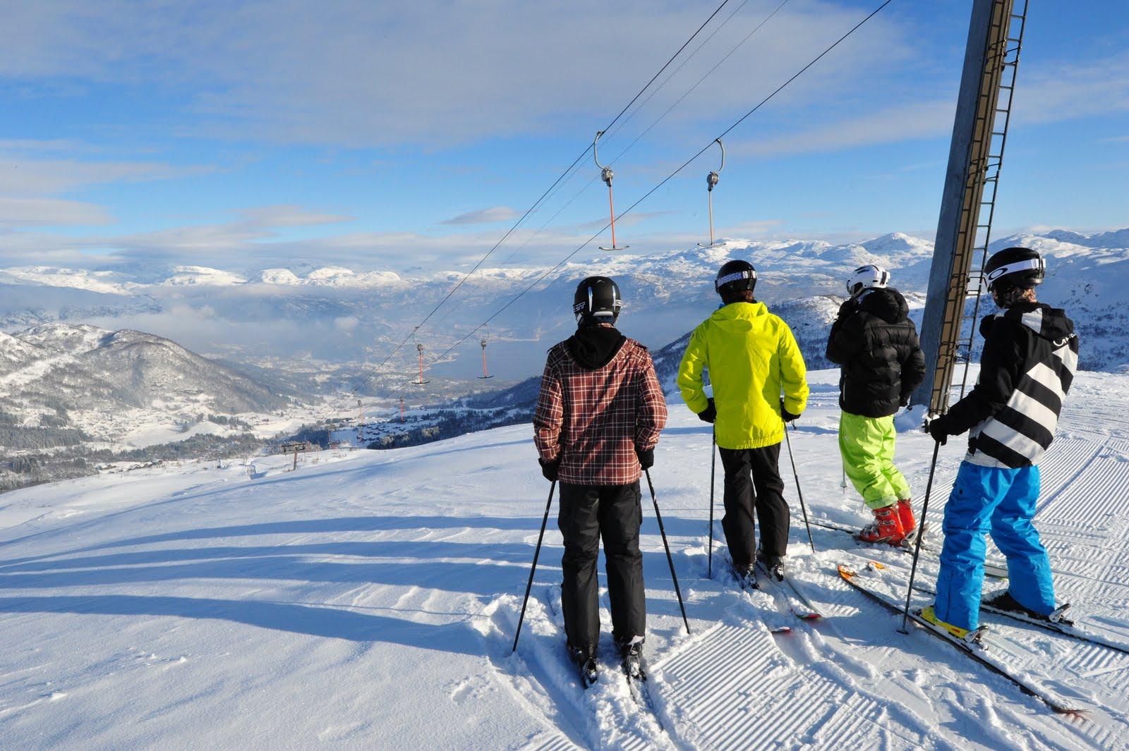 Ungdommar på ski i Sauda skisenter