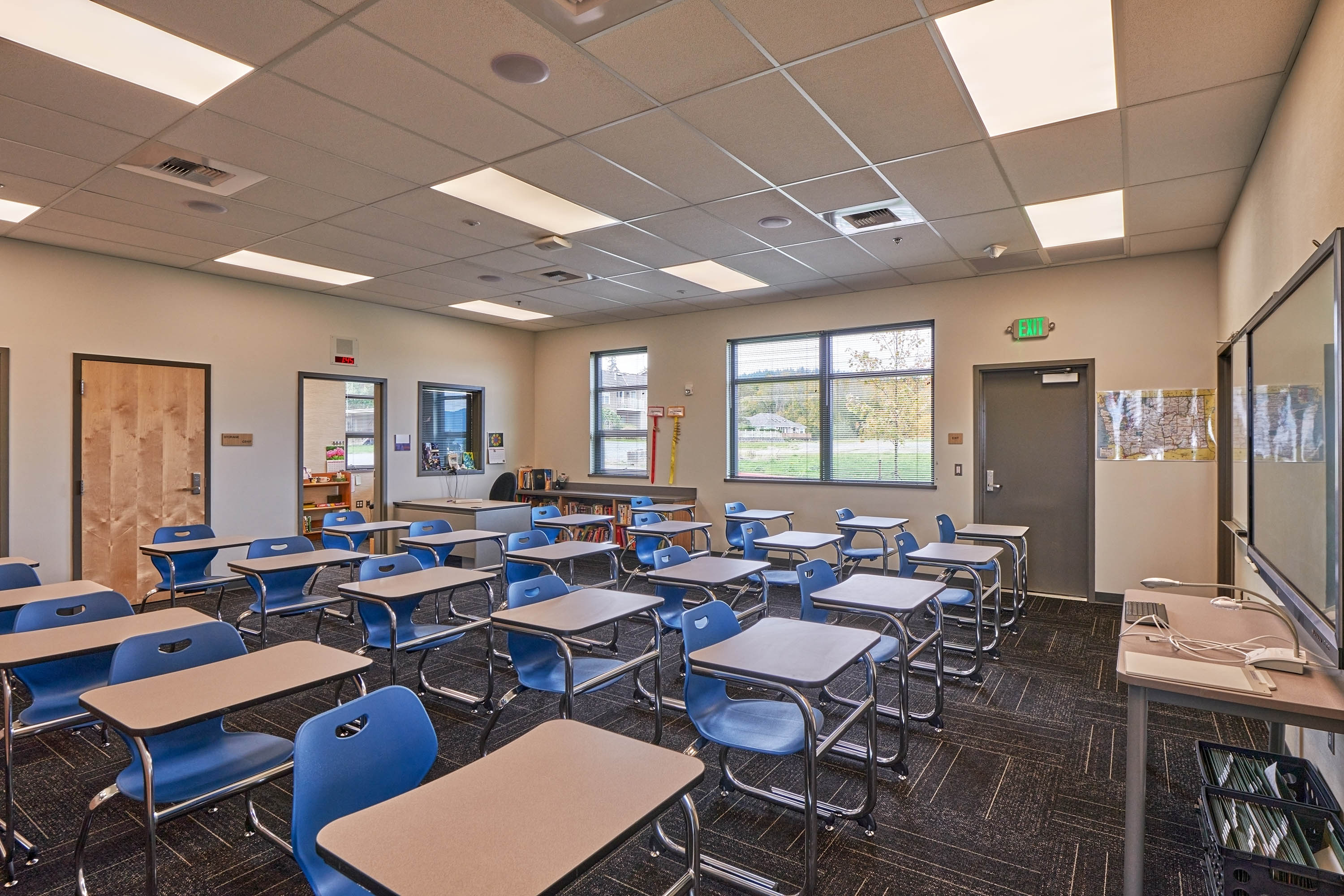 Overview photo of a classroom.