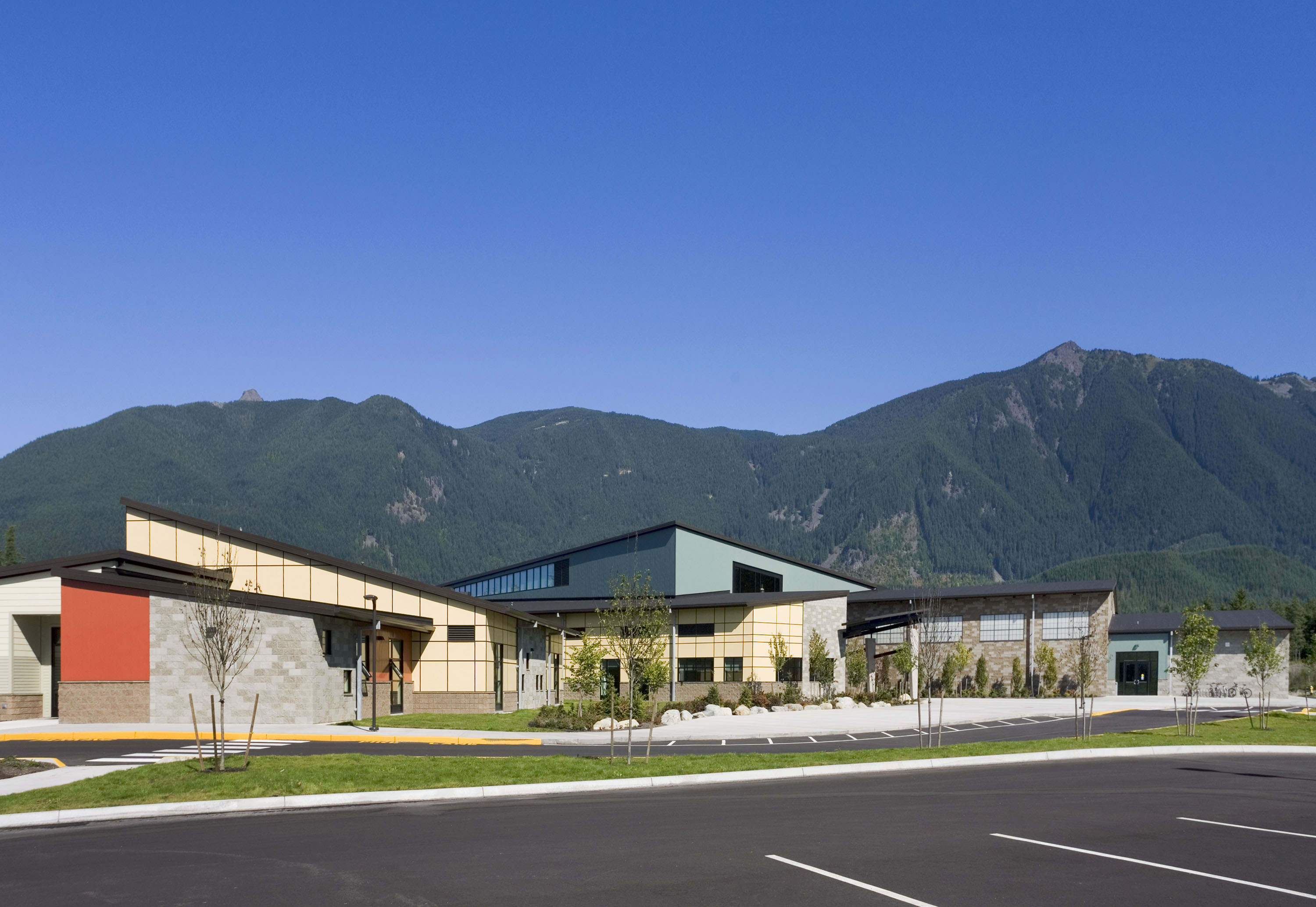 Wide photo of the school with mountains in the background.