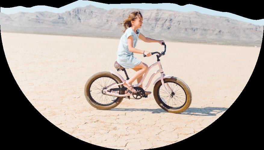 Petite fille sur un vélo