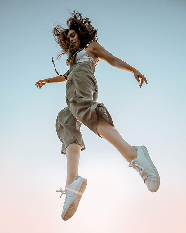 Femme dynamique sautant dans les airs