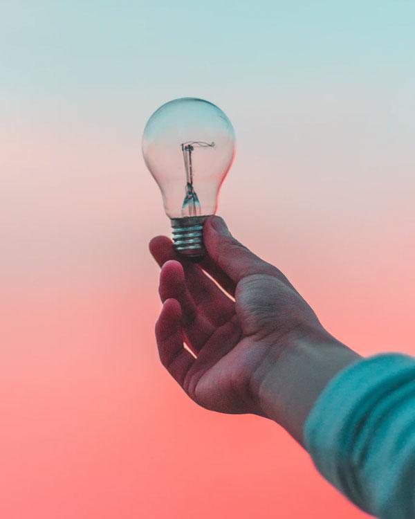Main tenant une ampoule