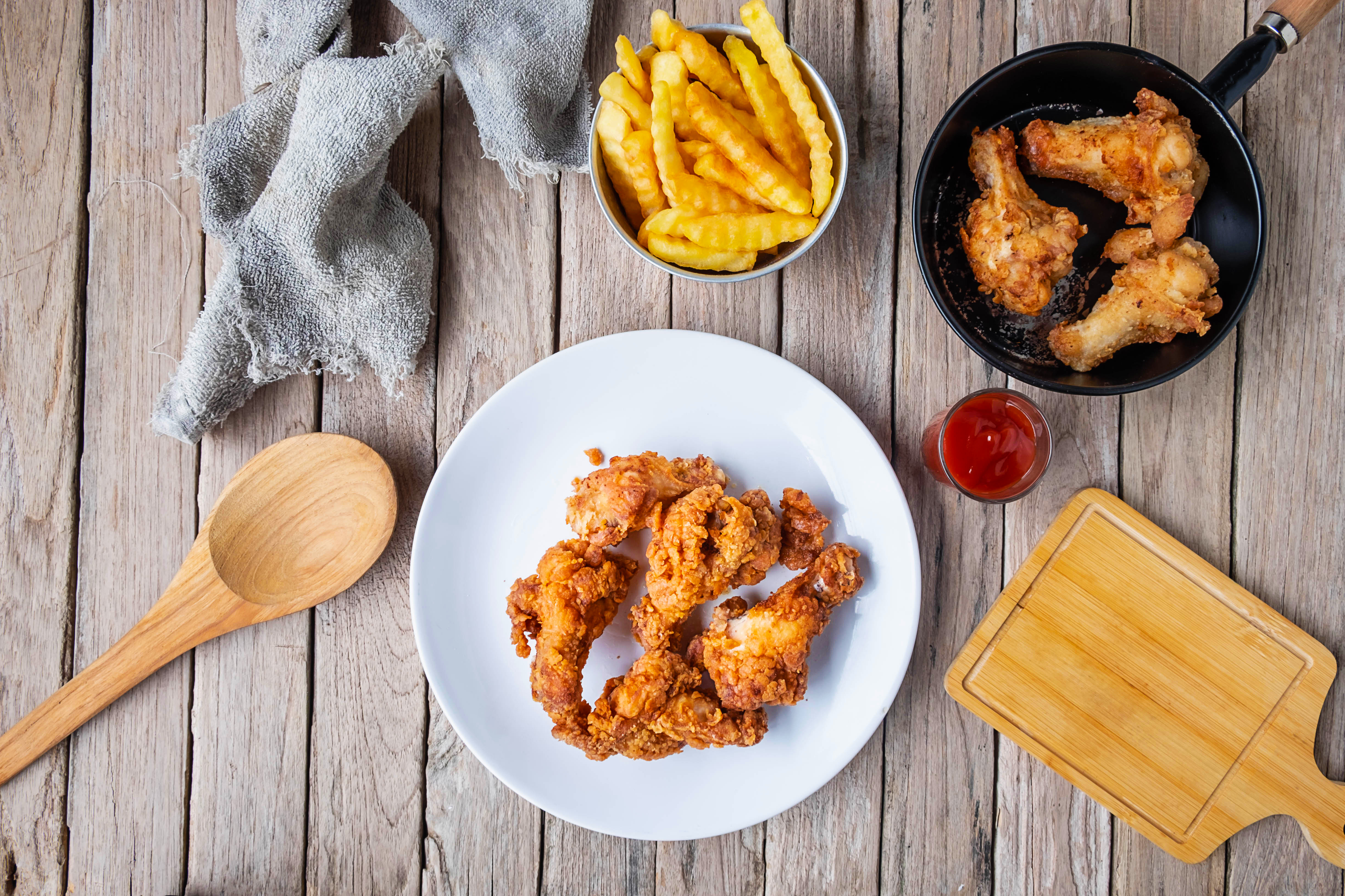 Cook fried chicken on the table in the kitchen.|air-fryer