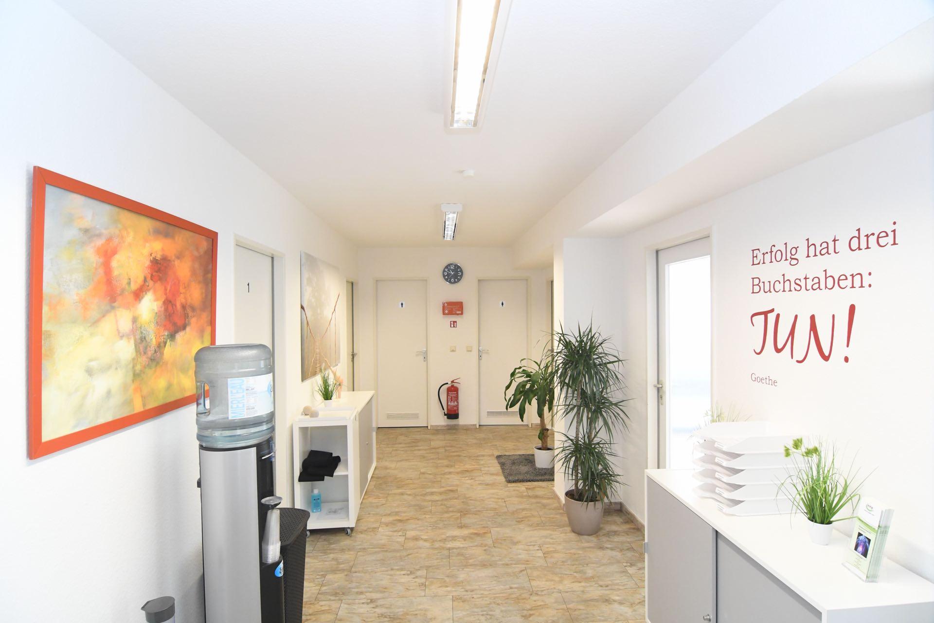 Physiotherapiepraxis Bonn Bad Godesberg Medical Health Point Behandlungsraum Flurbereich mit Wasserspender