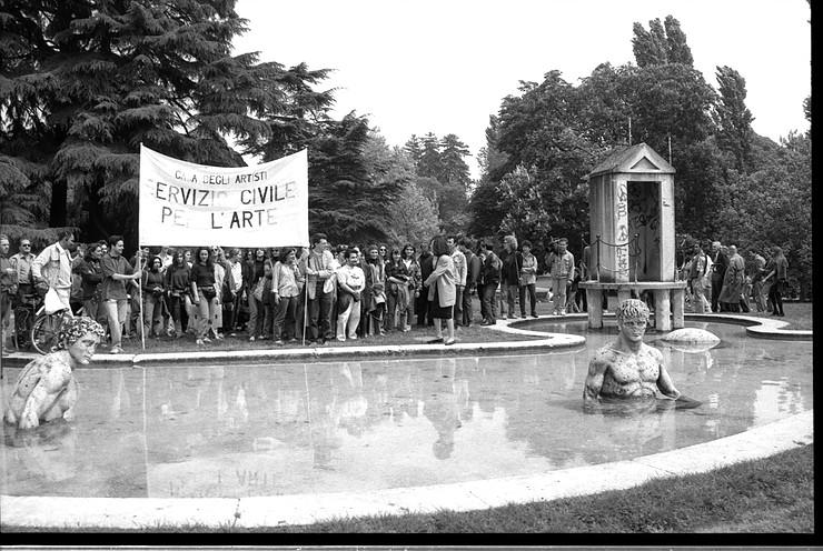 Fontana di Giorgio De Chirico, manifestazione per il restauro promossa dalla Casa degli artisti - Maggio 1994