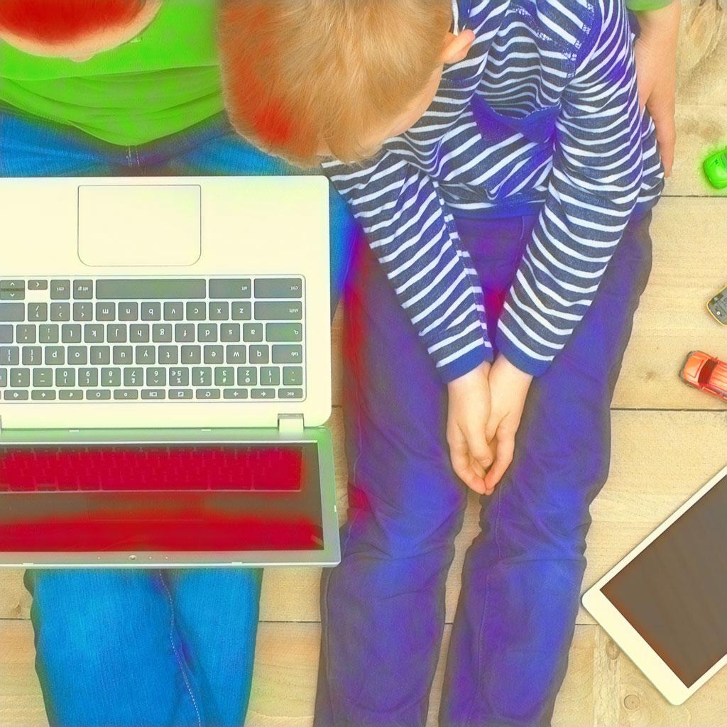 Mutter und Sohn schauen auf einen Laptop