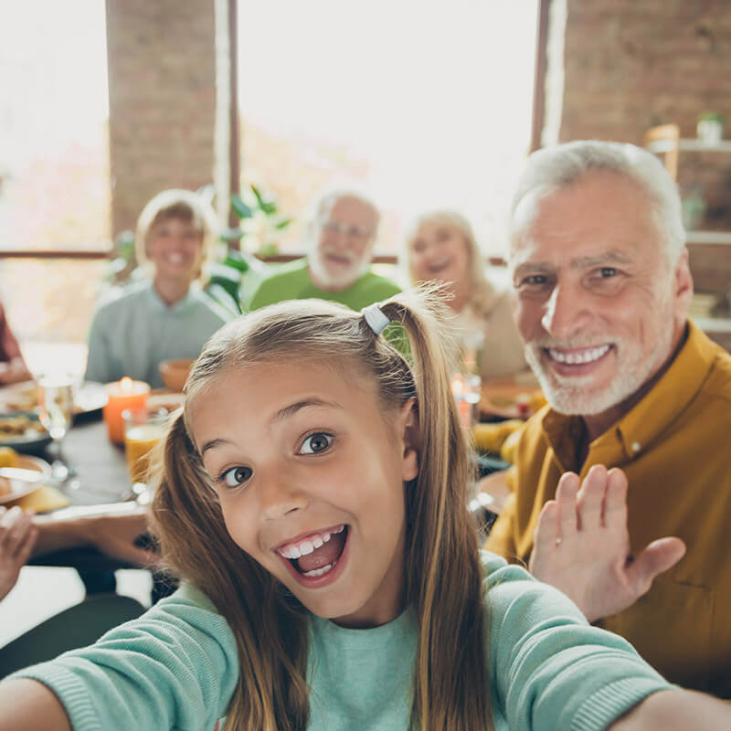 Ein Mädchen macht ein Selfie mit sich und der Familie