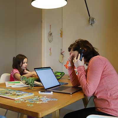 Homeschooling-Umfrage von KB&B und scoyo: Rund ein Viertel der Eltern unzufrieden, etwa jedes dritte Kind kommt nicht so gut zurecht