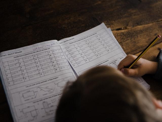 Schüler schreiben auf Block