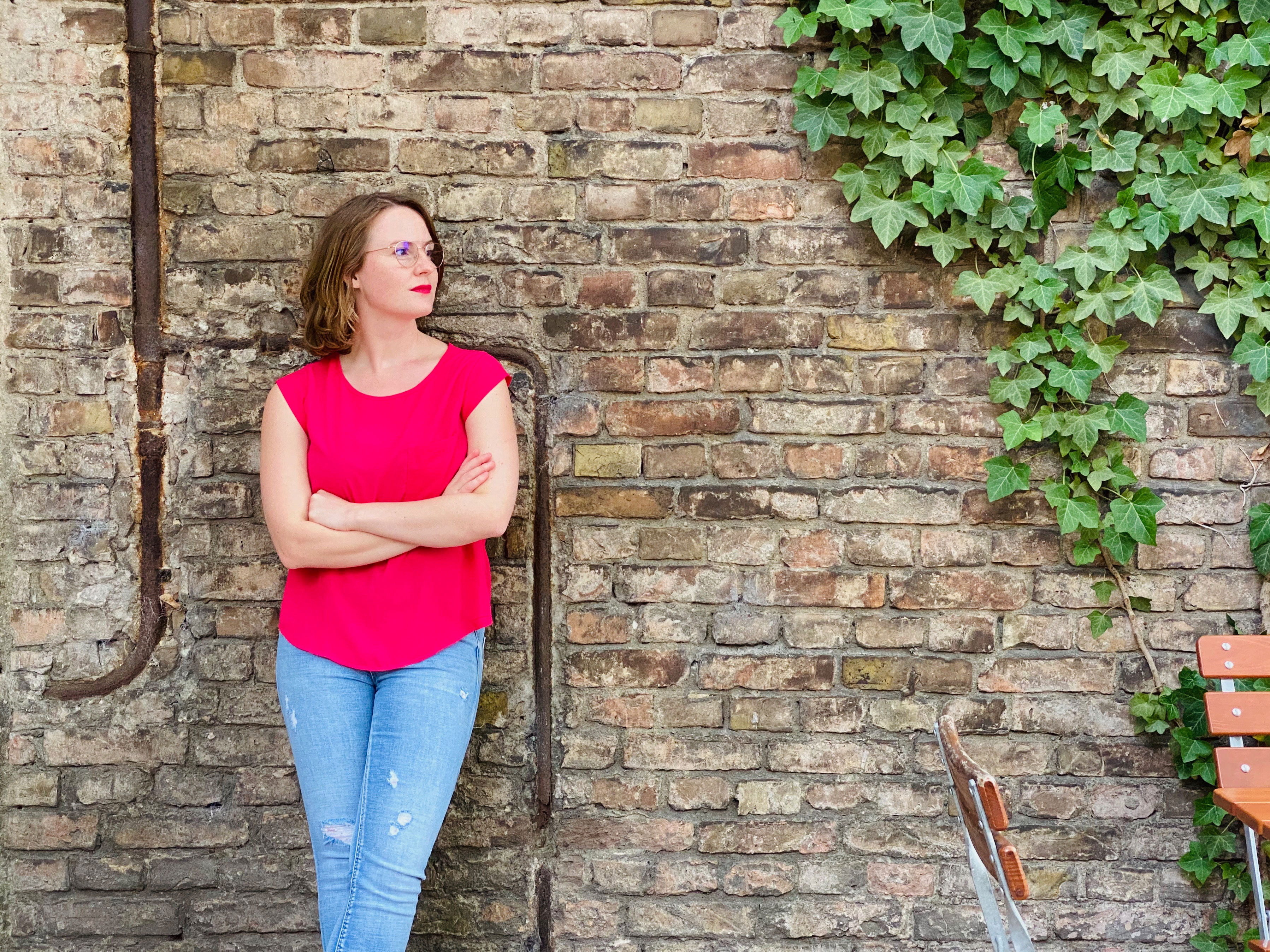 Annika Klose vor Wand