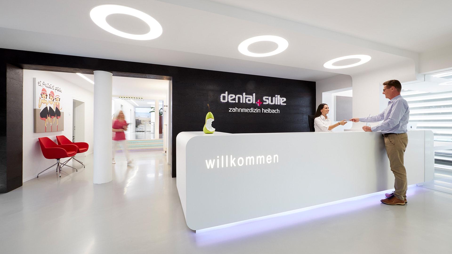 Z-MVZ dental suite Rösrath - Empfang eines Patienten