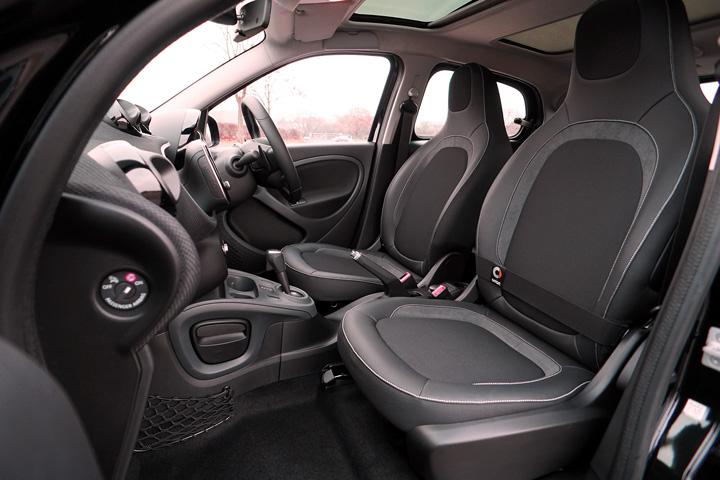 Interior de carro em visão grande angular mostrando detalhes do veículo