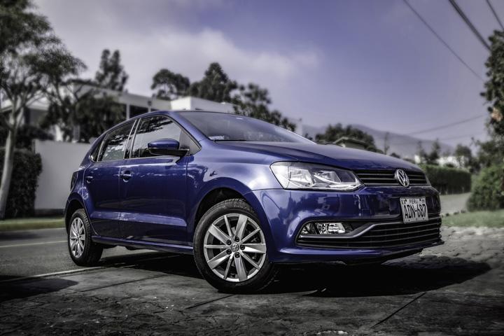 Volkswagen Fox roxo estacionado em rampa de entrada para garagem de casa