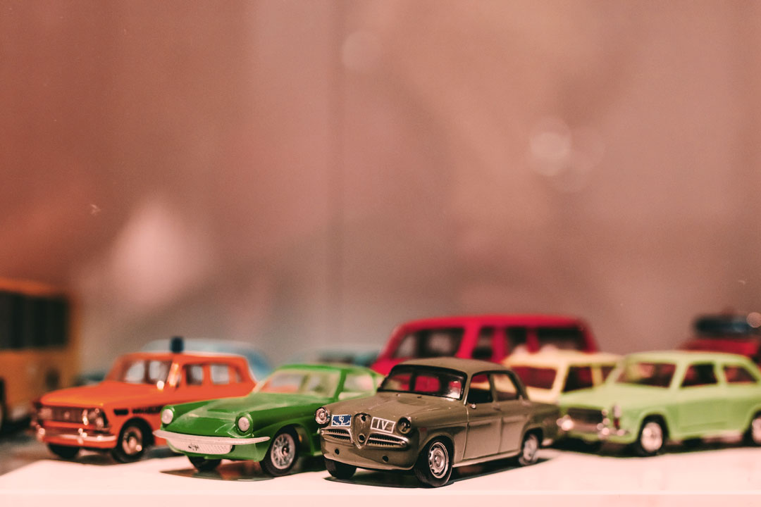 Close em várias miniatura de carros de diversos modelos com fundo desfocado
