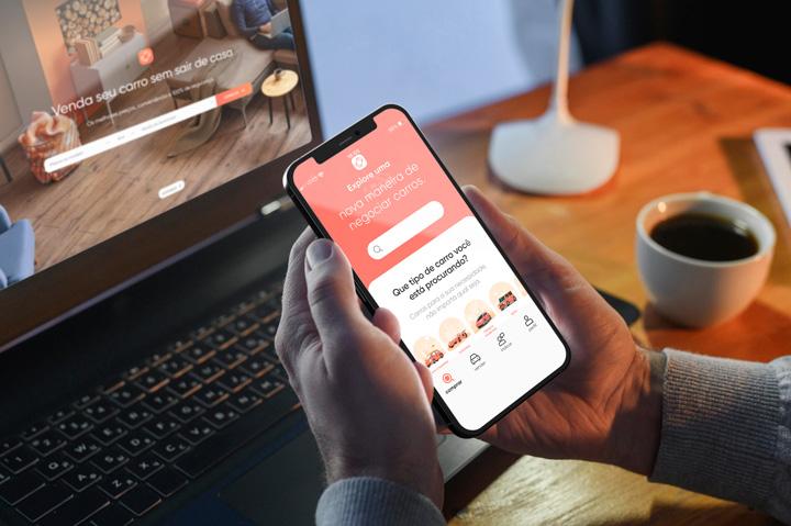 Homem acessando website e aplicativo da Carupi em casa