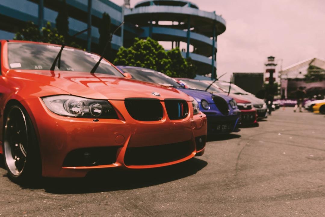 Loja de carros com modelos enfileirados e expostos ao público