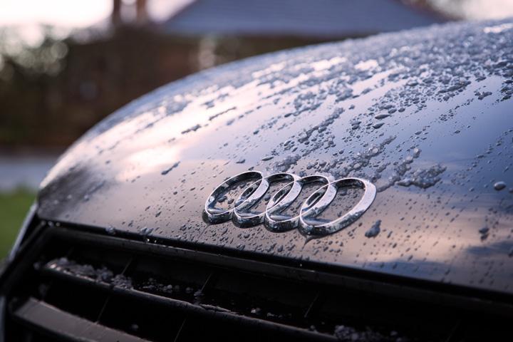 Close em capô de carro da Audi mostrando símbolo da marca