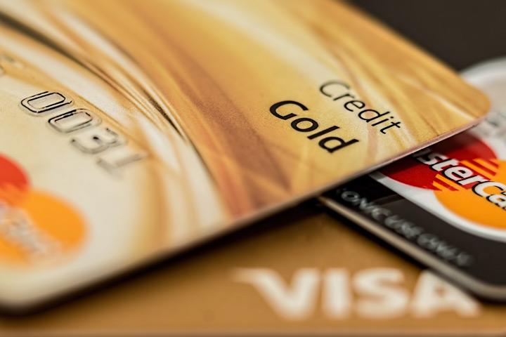 Vários cartões de crédito de bandeiras Mastercard e Visa