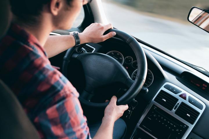 Homem dirigindo carro e fazendo test-drive