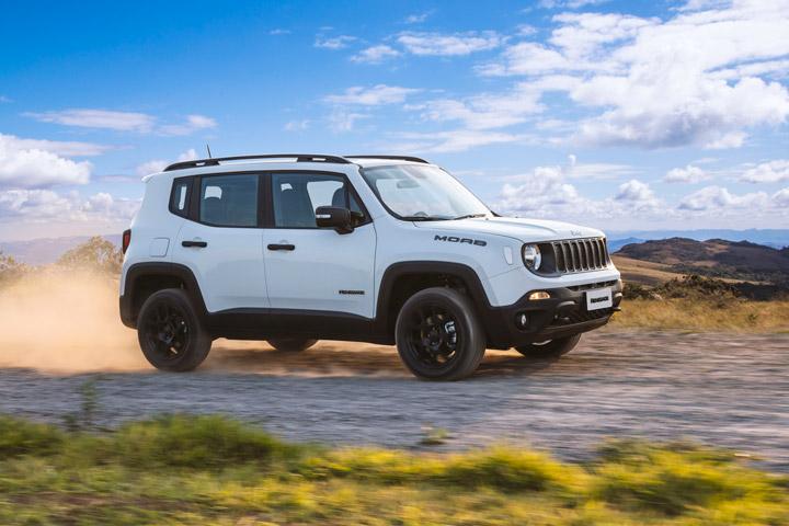 Jeep Renegade Moab em estrada de terra levantando poeira