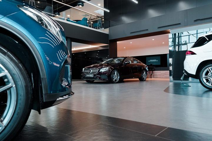 Salão de concessionária de veículos com carros em exposição