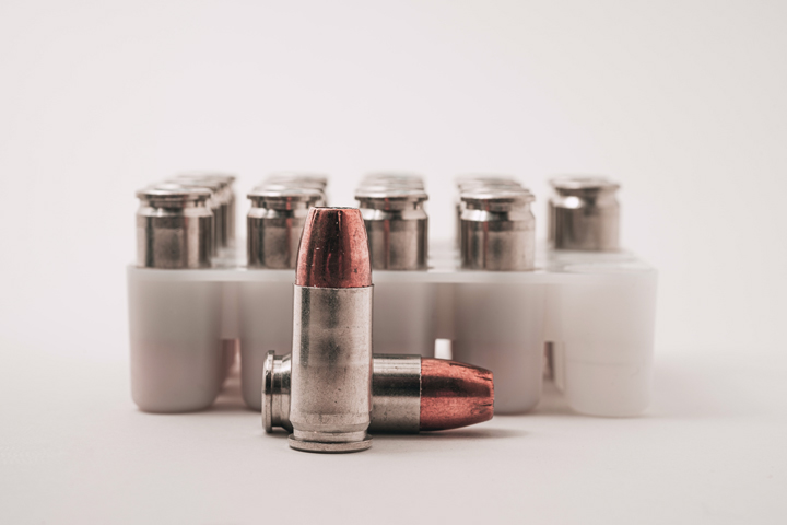 Close up em balas de armas de fogo empilhadas e organizadas