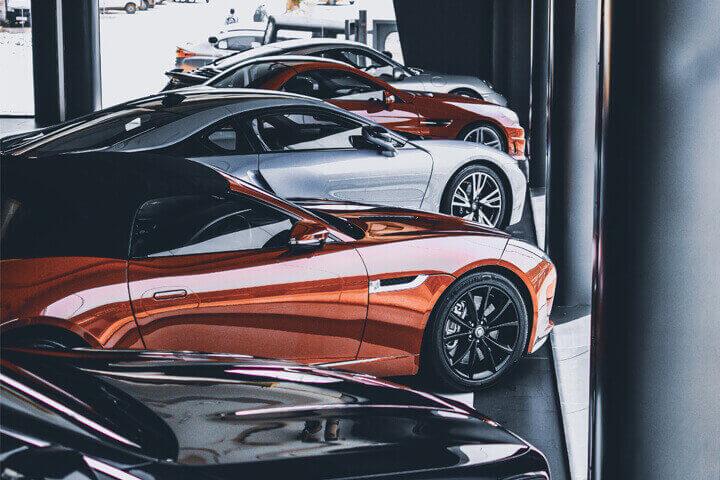 Fileira de carros de luxo em vitrine de concessionária
