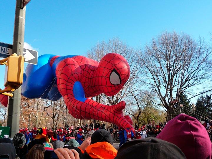 Boneco inlfável gigante do Homem Aranha em desfile de rua nos Estados Unidos