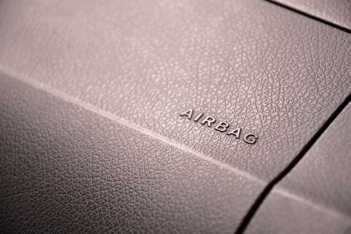 Close em painel de carro mostrando a palavra airbag escrita