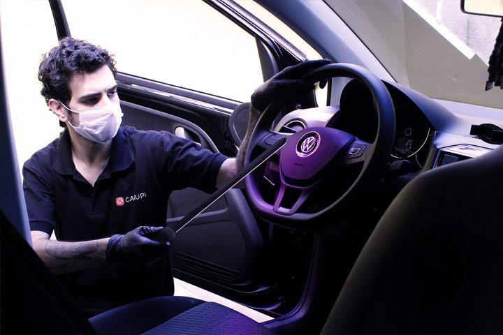 Funcionário da CARUPI higienizando carro antes de test-drive