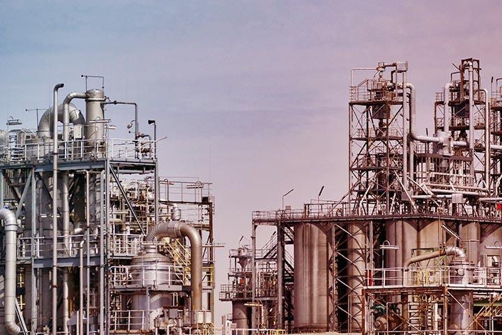 Refinaria de petróleo com vários andares e tubulações