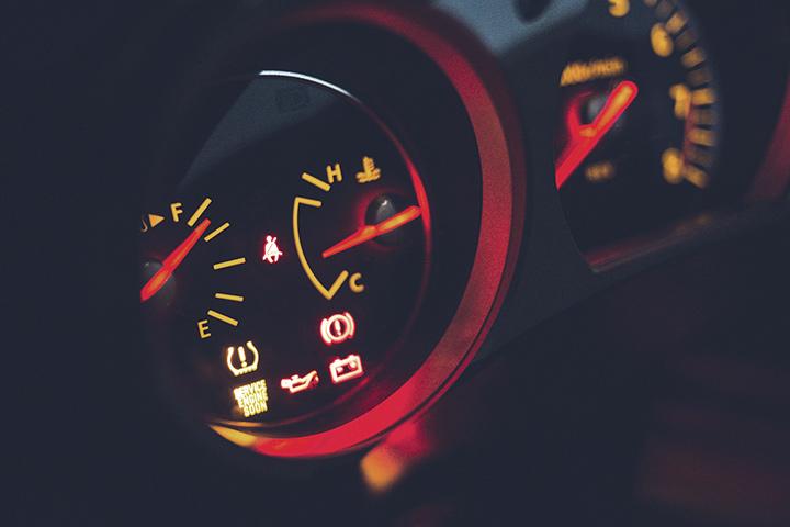 Destaque em painel de carro mostrando indicadores de combustível