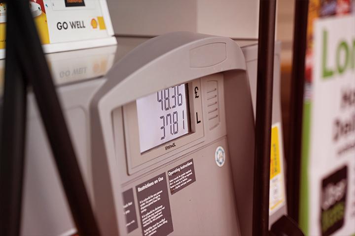 Bomba de combustível em posto de gasolina mostrando valores em display