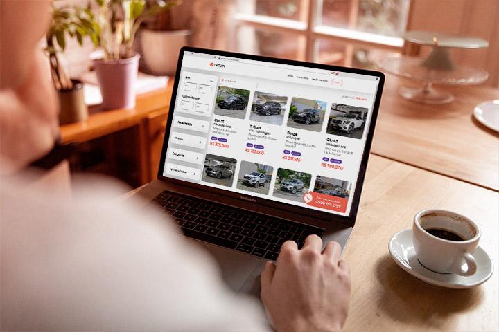 Homem em casa comprando carros online com vistoria na CARUPI