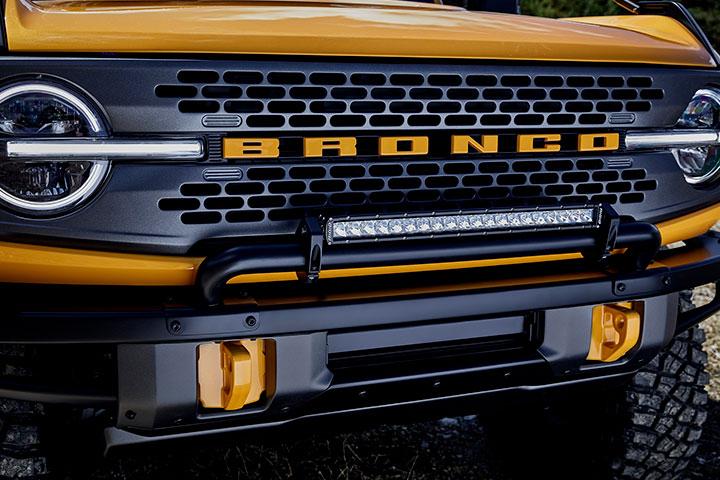 Destaque da frente de Ford Bronco Sport em cor amarela e preta