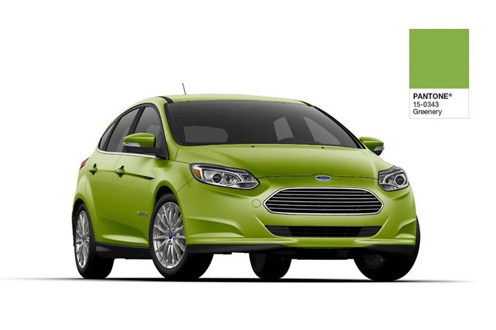 Ford Focus elétrico em tom de verde com fundo branco ao lado de amostra de cor Pantone Greenery