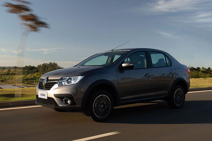 Renault Logan em alta velocidade em rodovia com paisagem ao fundo