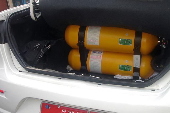 Porta-malas de táxi aberto, mostrando cilindros de GNV instalados