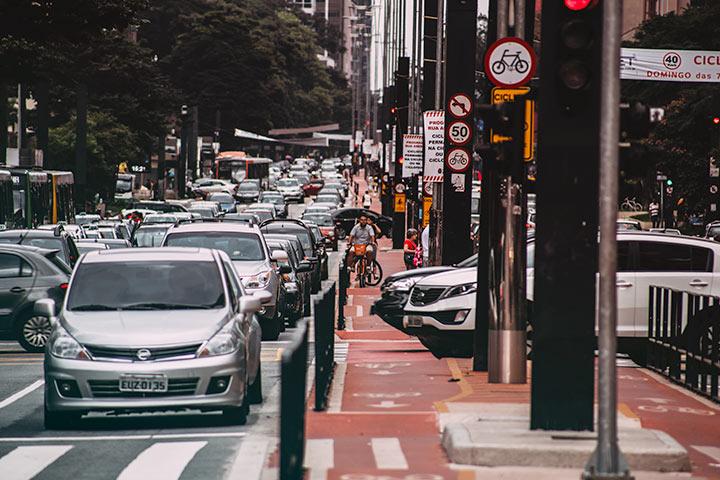 Avenida Paulista congestionada de carros durante o dia